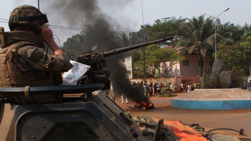 Un soldat français, cette semaine à Bangui, observe une foule brûler le corps d'un musulman qu'elle vient de lyncher.