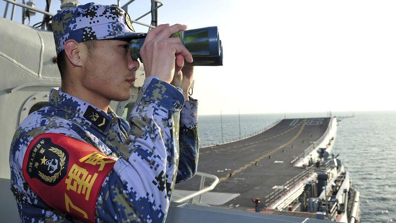 Un membre de l'Armée populaire de libération sur le pont du Liaoning, le premier porte-avions chinois, le 26 novembre dernier.