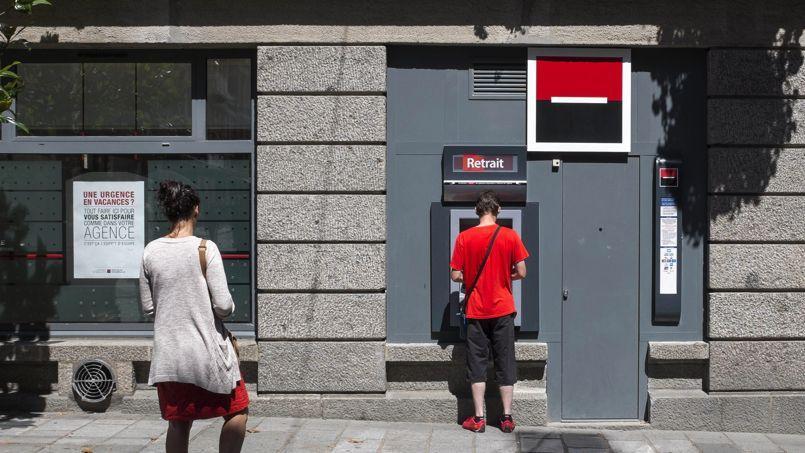 Le recul des frais bancaires s'explique principalement par la baisse des frais de découvert, désormais plafonnés par la loi bancaire de juillet dernier.