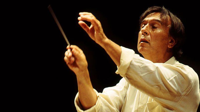 Cerveau musical exceptionnel, Abbado dirigeait tout par cœur, y compris les opéras les plus longs et les partitions les plus complexes, et sa gestuelle élégante en a inspiré plus d'un.