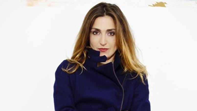 Égérie de la nouvelle marque française de prêt-à-porter Bleu Tango, Julie Gayet porte ici un perfecto bleu.