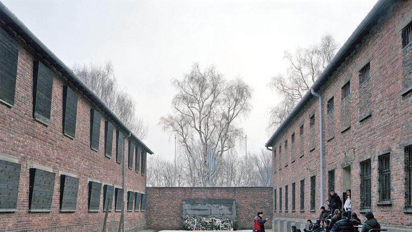 Un groupe de collégiens devant le «mur de la mort», en 2009, dans l'ancien camp de concentration nazi d'Auschwitz, en Pologne.