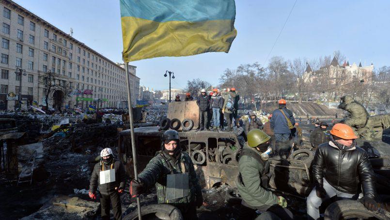 Dans le centre de Kiev, des opposants au gouvernement étaient toujours rassemblés, jeudi, autour d'une barricade, le drapeau ukrainien brandi devant les forces de l'ordre.