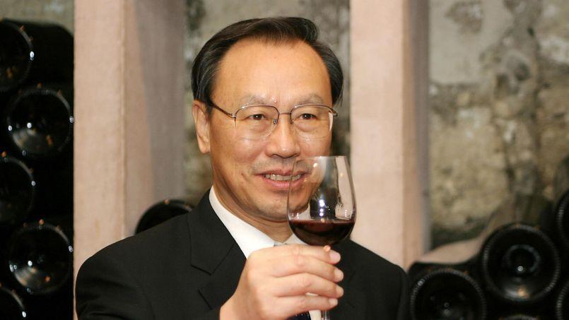 L'ancien ministre chinois de l'Agriculture Du Qinglin déguste un verre de vin du château Prieuré-Lichine en Médoc, grand cru classé de Margaux, en 2004 à Bordeaux.