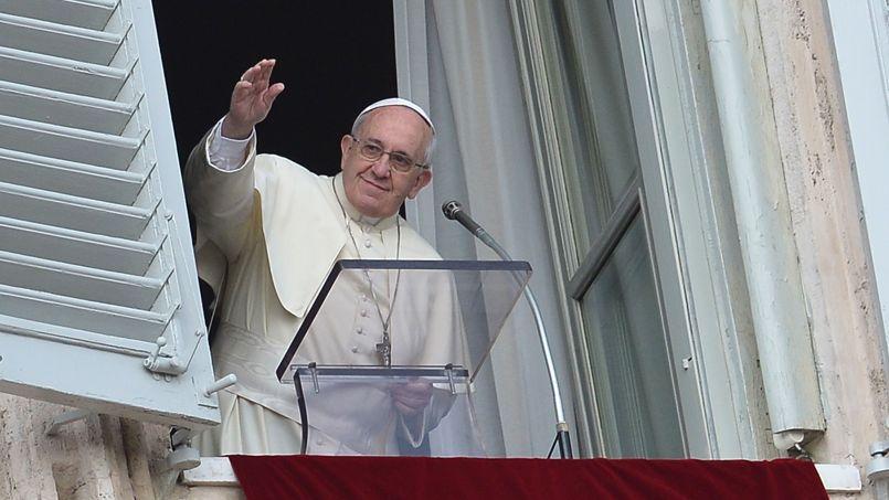 Si l'on prend en compte les personnalités du sport et du show-business, le Pape monte sur la troisième marche du podium de la popularité sur la toile derrière le groupe One Direction et le chanteur Justin Bieber.