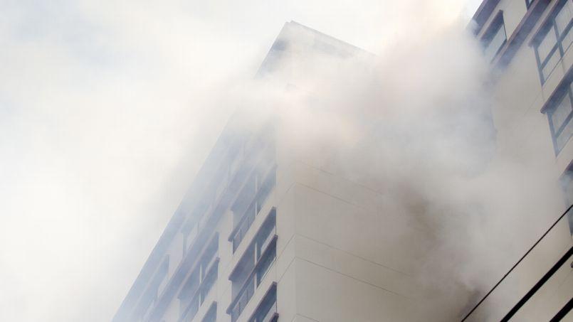 Renforcées par l'arrêté du 14 mars 2013, les normes anti-incendie en copropriété visent à éviter la propagation des incendies.