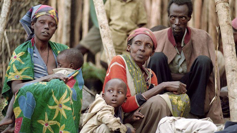 Une famille tutsie dans un camp de réfugiés à Kabgayi, le 28 mai 1994. Quelque 800.000 hommes, femmes et enfants ont été massacrés au Rwanda entre avril et juillet 1994.
