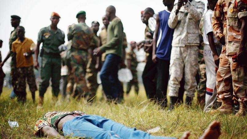 Suspecté d'être un ancien Séléka, cet homme a été poignardé avant d'être lynché par l'armée régulière, jeudi 6 février à Bangui.