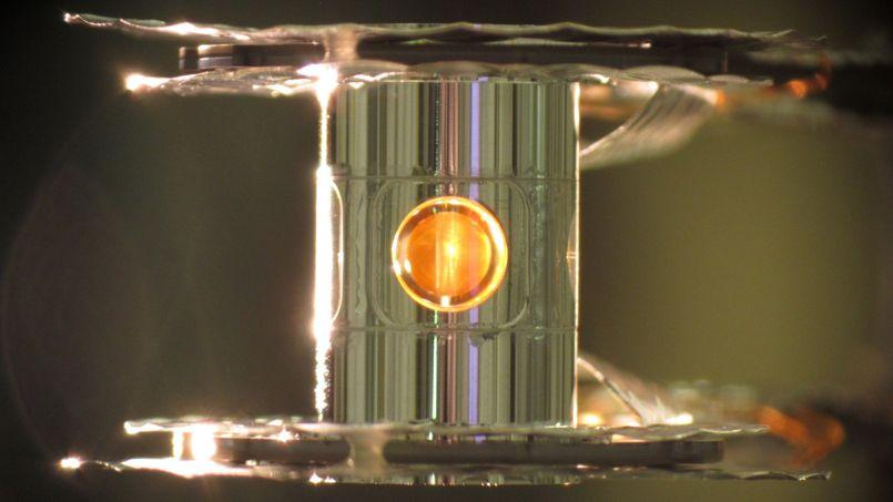 Gros plan sur la petite bille de combustible en deutérium et tritium autour de laquelle convergent 192 puissants rayons laser.
