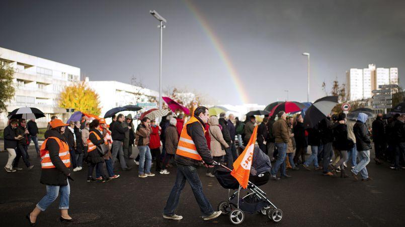 Des employés du fabricant d'électroménager FagorBrandt, placé en redressement judiciaire, manifestent à La Roche-sur-Yon (Vendée), en novembre 2013.