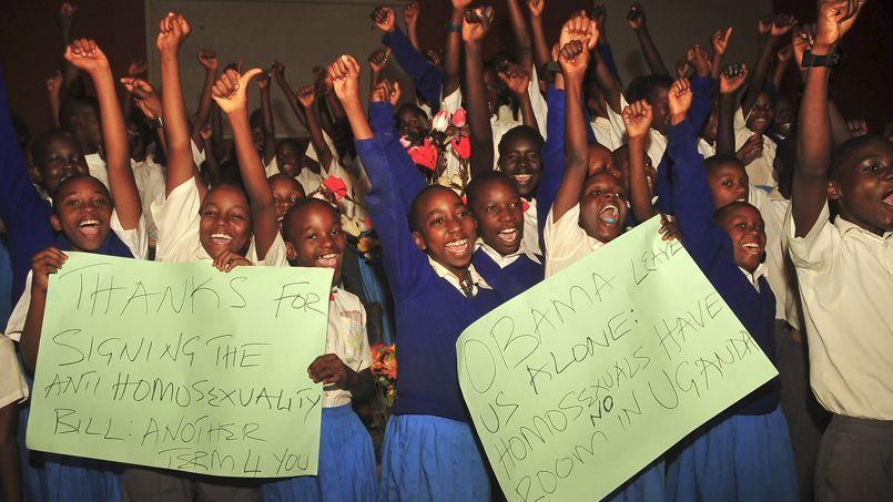 Ces élèves ougandais ont célébré lundi la loi signée par le président Museveni durcissant la répression de l'homosexualité.