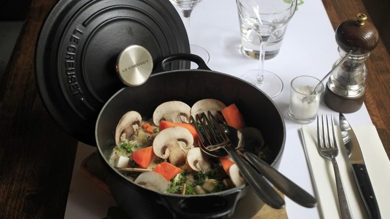 À la Ferrandaise, la blanquette de veau, servie dans une large cocotte en fonte, est proposée dans le menu du soir.