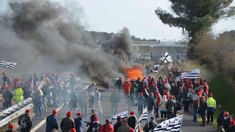 Manifestation des «bonnets rouges» le 15février, au portique écotaxe de Brec'h.