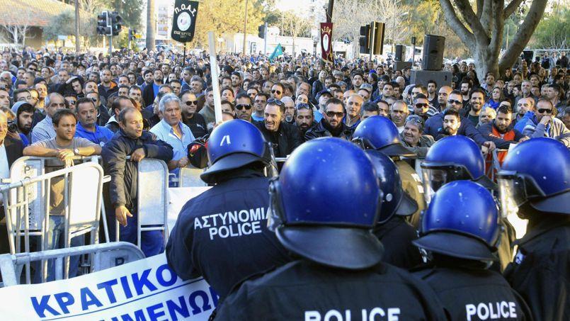 La police se confronte aux manifestants opposés aux privatisations, dans les rues de Nicosie.