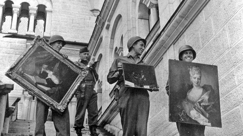 Tableaux de valeur provenant des collections Rothschild et Stern, retrouvés dans le chateau de Neuschwanstein, en Bavière, le 17 mai 1945 .