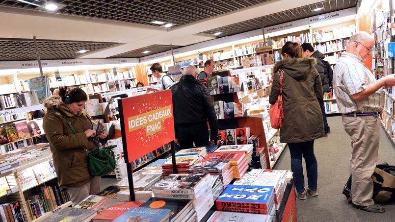 Les grandes surfaces spécialisées devancent encore la vente de livres en ligne.