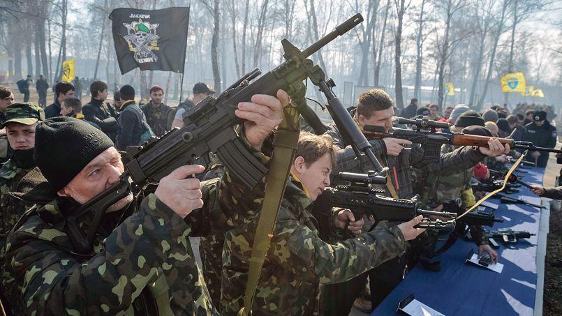 Des miliciens du bataillon d'autodéfense de Maïdan participent à une formation sur le maniement des armes, vendredi, dans un camp d'entraînement du ministère de l'Intérieur, près de Kiev.