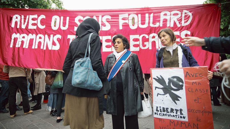 Manifestation de soutien aux associations de mères voilées, fontaine des Innocents, à Paris, en mai 2013.