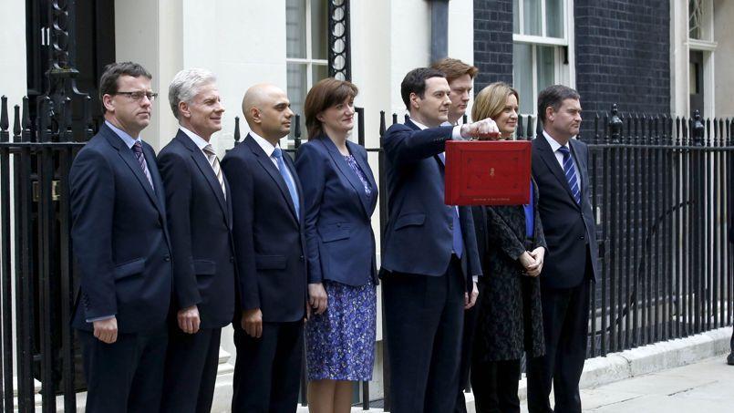 Le Chancelier de l'Echuiquier à la sortie de Downing Street, avec la malette rouge dédiée au budget 2014-2015.