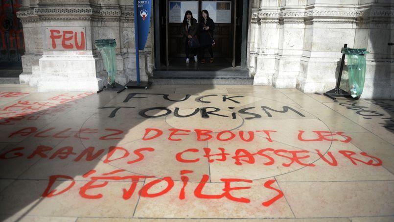 Des graffitis anti-cléricaux ont été inscrits sur le parvis et les colonnes de la basilique du Sacré-Coeur à Paris.