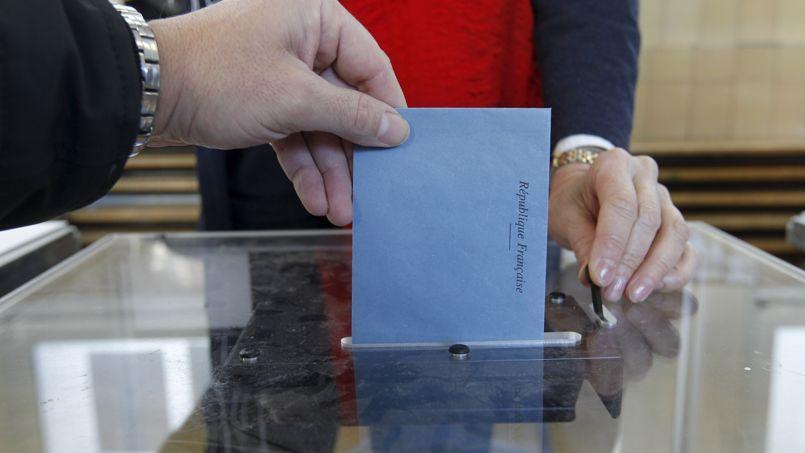 Les intentions de vote mesurées auprès des électeurs des villes de plus de 3500habitants donnent ainsi une large avance aux listes du centre ou de la droite sur celles de gauche.