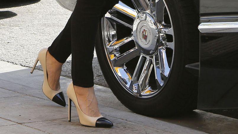 Selon la justice, la conductrice portait des chaussures à talons hauts qui sont restés coincés sous les pédales.