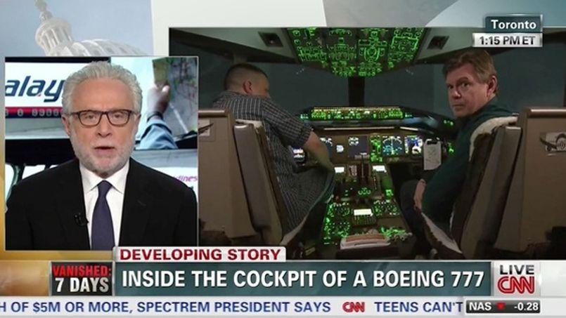 Le présentateur Wolf Blitzer en direct avec un cockpit de Boeing 777.