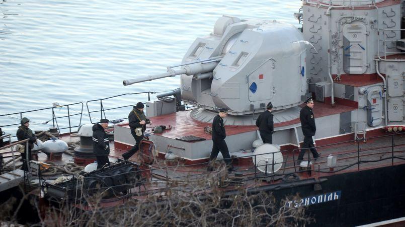 Des officiers et soldats russes montent à bord de la corvette ukrainienne Ternopil, vendredi dans la rade de Sébastopol.