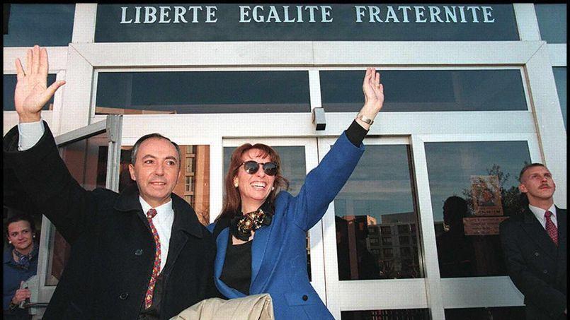 Bruno Mégret et son épouse arrivent à l'hôtel de ville de Vitrolles, en 1997.