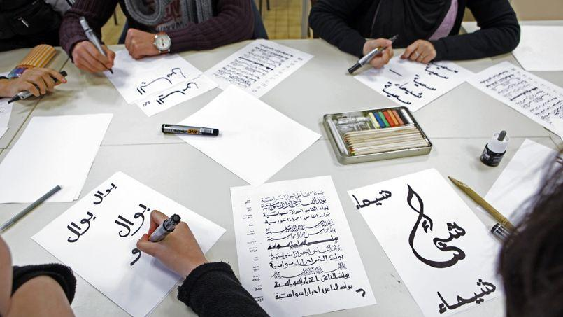 Un cours de calligraphie au lycée Averroès, à Lille, premier établissement privé musulman à être passé sous contrat avec l'État.