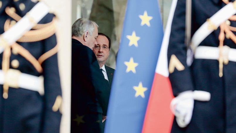 Jean-Marc Ayrault en conversation avec François Hollande à l'Élysée début février.