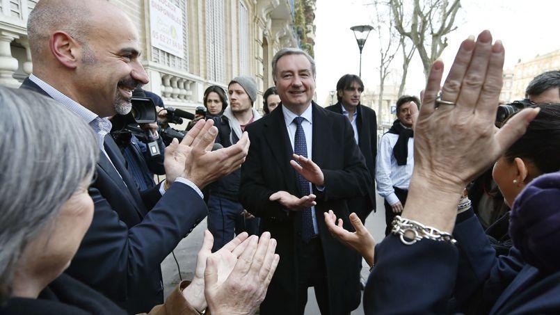 Jean-Luc Moudenc applaudi par des supporteurs, lundi 31 mars à Toulouse.