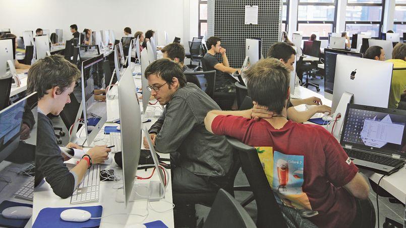 Des personnes de talents divers s'affrontent en équipe pour concevoir un prototype d'application ou de service en ligne sur un thème choisi. Il s'agit d'un hackathon.