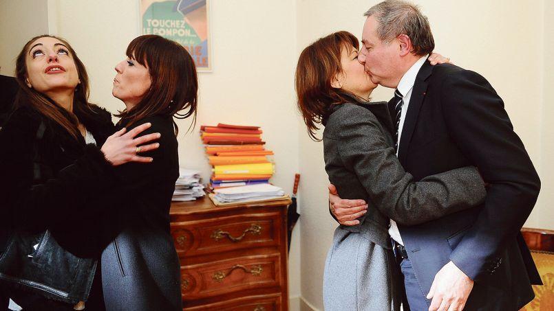 Jean-Luc Moudenc embrasse sa femme après avoir appris sa victoire à Toulouse, dimanche soir dans la Ville rose.