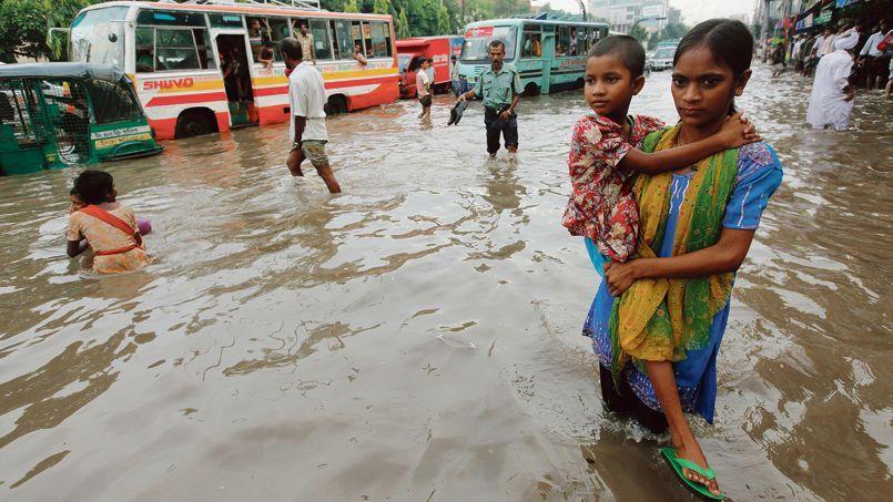 Dans les rues inondées de Dacca, au Bangladesh, en 2010.