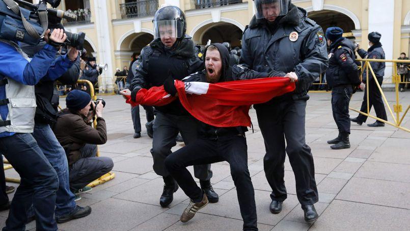 La police russe arrête un manifestant lors d'un rassemblement pour la défense de l'Article 31 de la Constitution russe, garantissant le droit de réunion, lundi 31 mars, à Saint-Pétersbourg.