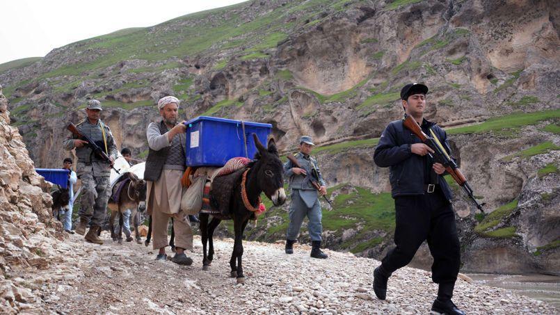 Le matériel de vote est acheminé par mules et protégé par des gardes armés, jeudi, dans les zones difficiles d'accès de la province de Balkh, dans le nord du pays.