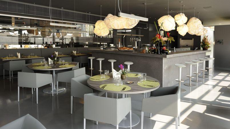 Le restaurant Mia, une décoration résolument design, avec petits chiens en apesanteur et nuages en papier.