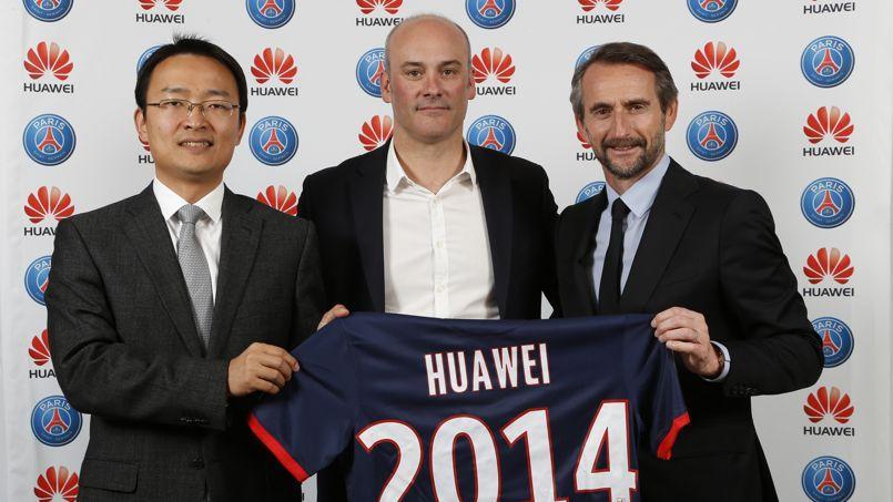 Song Kai, directeur général Huawei France, Philippe Perrin, directeur général adjoint Huawei France, et Jean-Claude Blanc, directeur général du PSG, jeudi à Paris.