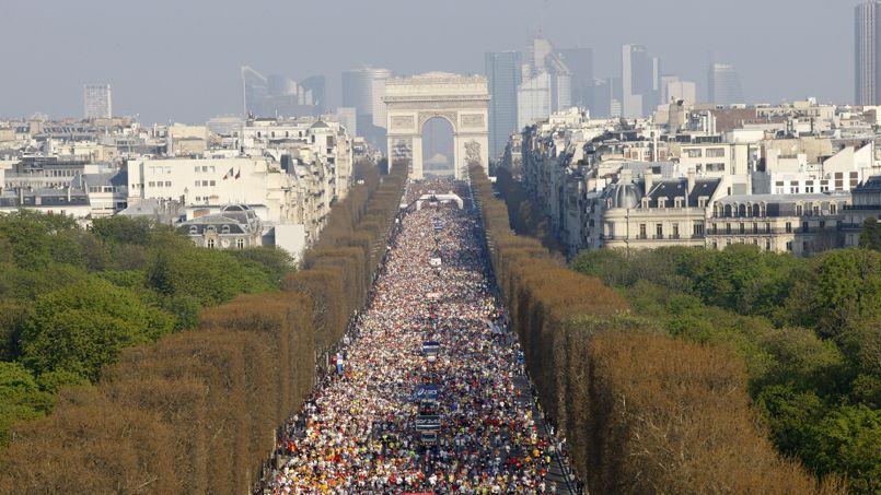 Le départ du Marathon de Paris est donné du haut des Champs-Elysées - Crédits Photo: David Verriere sous licence Creative Commons