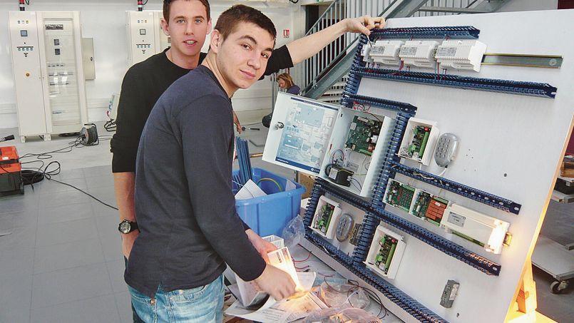 Des jeunes suivent une formation en domotique au sein d'une unité de Schneider Electric à Grenoble.