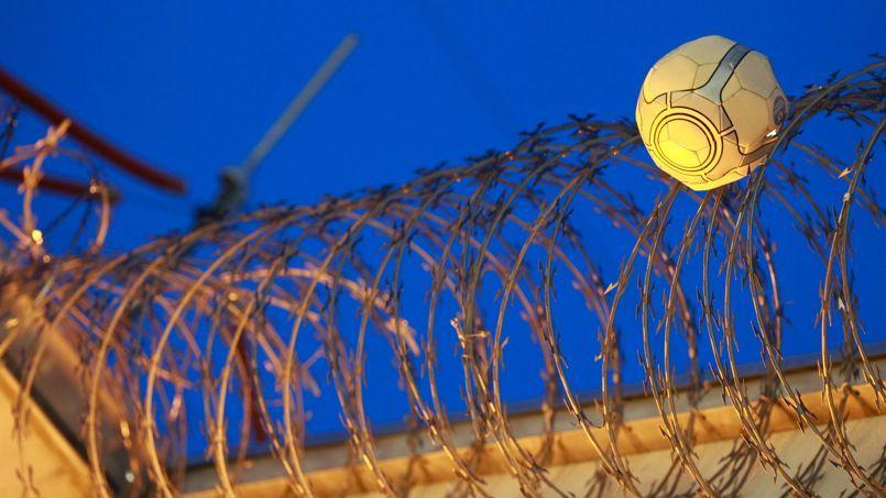 Les jeunes complices des détenus arrivent à lancer des objets au-dessus des murs d'enceinte avant de s'enfuir. (Ci-dessus, un ballon de football piégé dans les barbelés de la prison de Borgo à Ajaccio.)