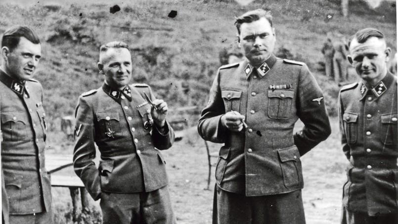 Docteur Josef Mengele, surnommé l'Ange de la mort, à cause des experimentations médicales qu'il a mené sur les détenus du camp de concentration d'Auschwitz, Rudolf Hoss, commandant d'Auschwitz, Josef Kramer, commandant de Bergen Belsen, et un officier nazi non identifié, pendant la deuxième guerre mondiale.