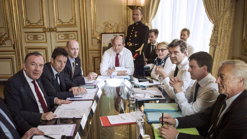 Le premier ministre Manuel Valls, entouré de Marylise Lebranchu, Arnaud Montebourg et François Rebsamen a rencontré Pierre Gattaz et Geoffroy Roux de Bézieux, président et vice-président du Medef, le 11 avril à Matignon.