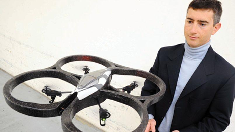David Vissière et l'AR Drone développé par Parrot, qui embarque la technologie de Sysnav.