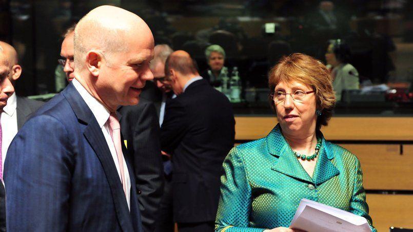 Le ministre des Affaires étrangères britannique, William Hague, et la représentante de l'Union européenne pour les Affaires étrangères, Catherine Ashton, lundi à Luxembourg.
