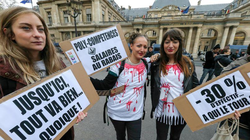 Des employés de France Télévisions manifestent sur la place du Palais-Royal.