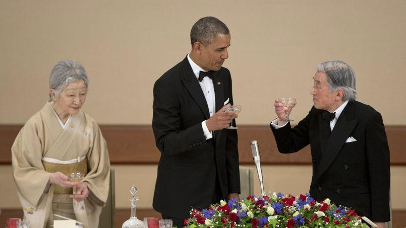 Barack Obama entouré de l'empereur et de l'impératrice du Japon, lors d'un dîner, jeudi au palais impérial, à Tokyo.