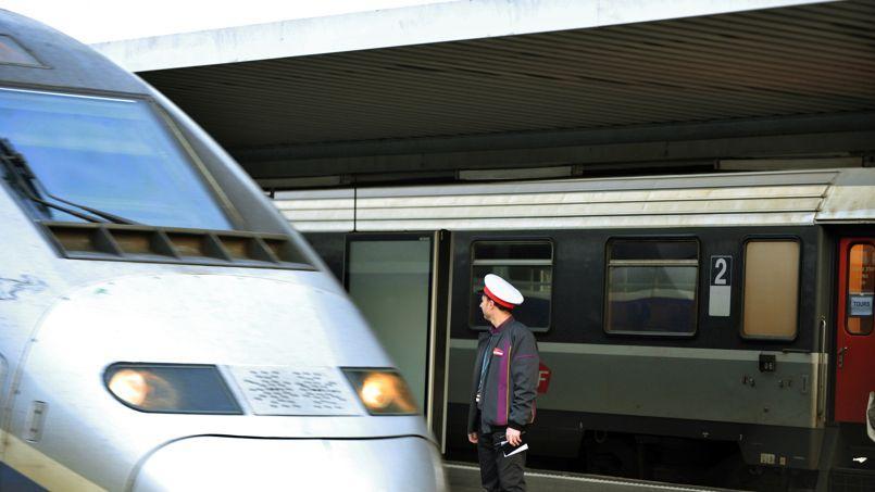 Un contrôleur SNCF sur le quai d'une gare.