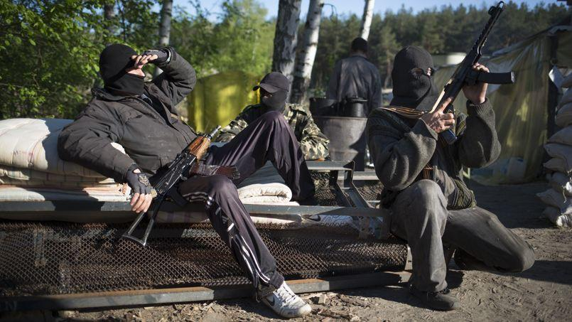 Des hommes armés prorusses à un point de contrôle près de Krasny au sud de Sloviansk en Ukraine, jeudi 24 avril.